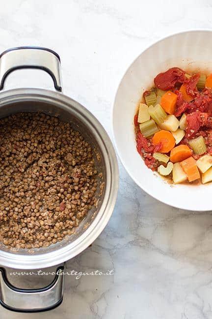 Scolare le lenticchie e mettere da parte le verdure - Ricetta Polpette di lenticchie