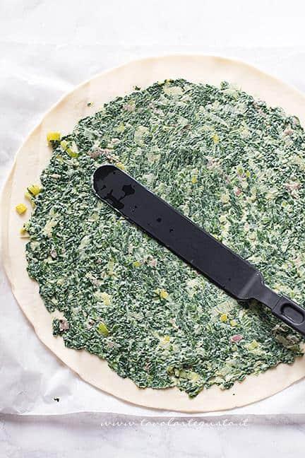 Stendere la crema di spinaci sul disco di pasta sfoglia - Ricetta Stella di Pasta Sfoglia