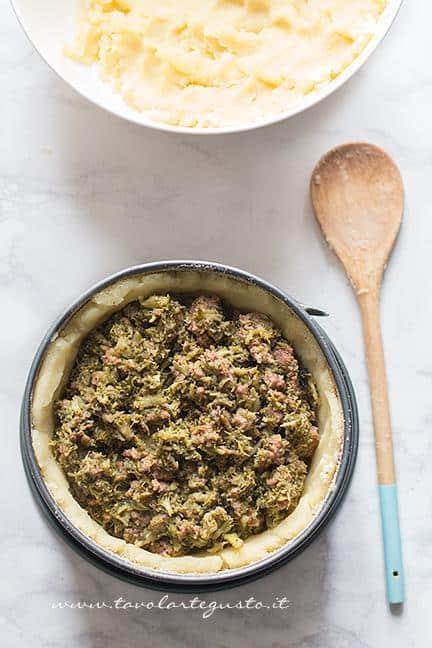 aggiungere il ripieno di broccoli e salsiccia - Ricetta Sformato di patate, salsiccia e broccoli