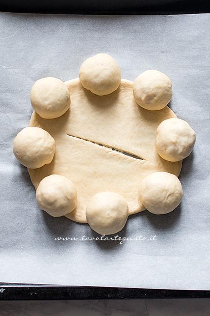 Adagiare sui bordi del cerchio le palline - Ricetta Corona Salata di pan brioche