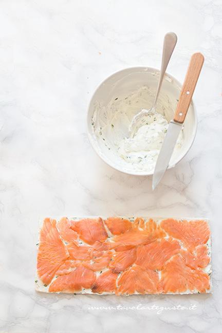 Aggiungere le fette di salmone affumicato - Ricetta Girelle al Salmone