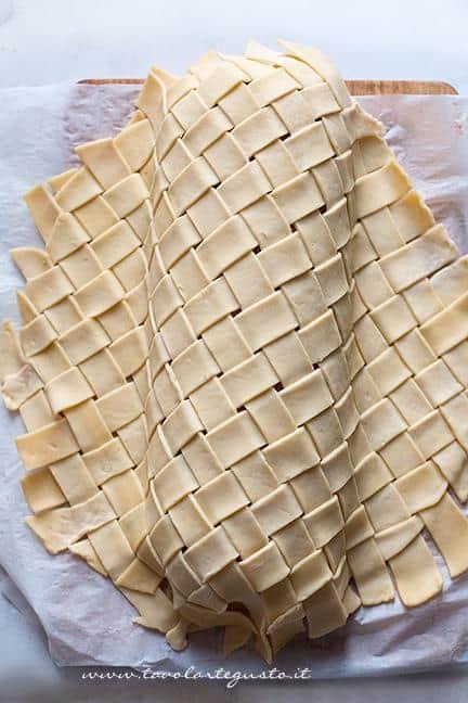 Avvolgere il polpettone nella crosta - Ricetta Polpettone in Crosta