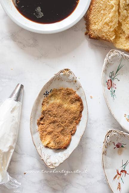 Bagnare le fette di pandoro nel caffè -  Ricetta Tiramisù con Pandoro