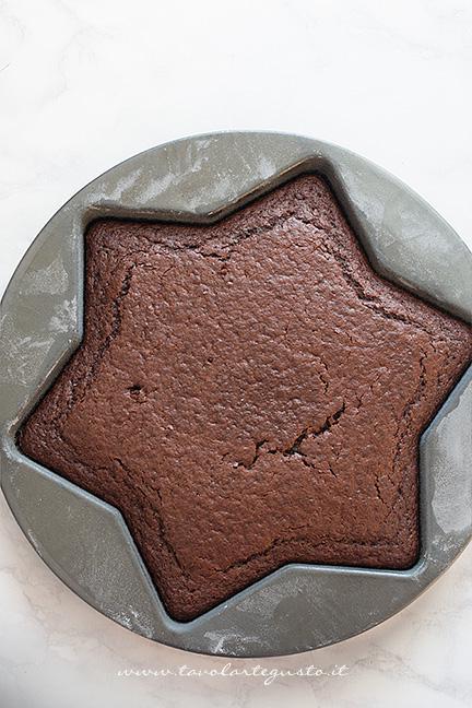 Base di stella appena sformata - Ricetta Torta Stella al cioccolato