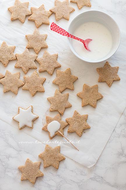 Biscotti Di Natale Tedeschi Ricetta.Zimtsterne La Ricetta Originale Dei Biscotti Stelle Di Cannella