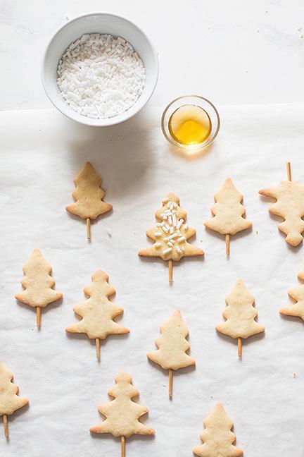 Decorare gli alberelli con granella di zucchero - Ricetta Crostata di Natale