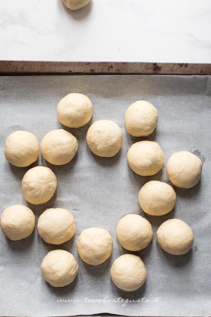 Disporre le palline in cerchio - Ricetta Corona Salata di pan brioche