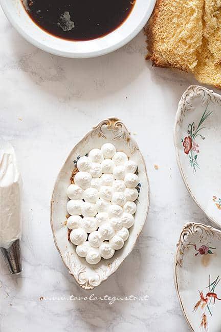 Farcire di crema tiramisù il primo strato  -  Ricetta Tiramisù con Pandoro