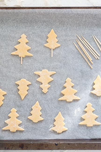 Inserire gli stecchini nei biscotti come supoorto - Ricetta Crostata di Natale