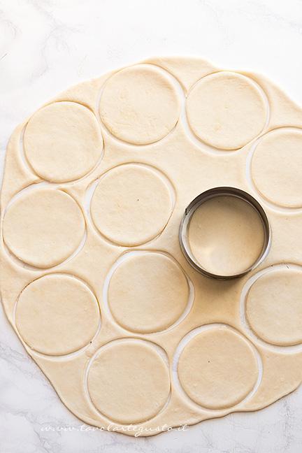 Intagliare i cerchi per fare le pizzette - Ricetta Pizzette di scarola