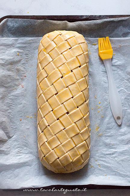 Pennellare il polpettone - Ricetta Polpettone in Crosta