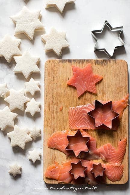 Ricavare le stelline con il salmone affumicato - Albero di Natale con Tramezzini