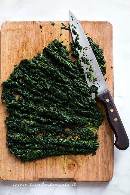 Sgocciolare gli spinaci lessi e tritarli - Ricetta Polpettone in Crosta