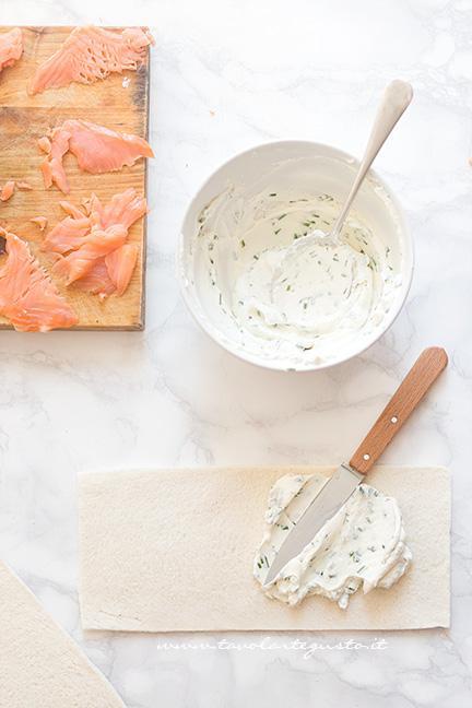 Spalmare la crema di robiola - Ricetta Girelle al Salmone