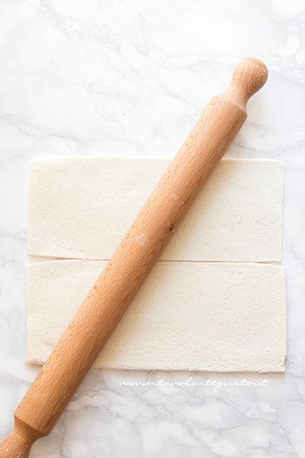 Stendere il pane per tramezzini con un matterello - Ricetta Girelle al Salmone