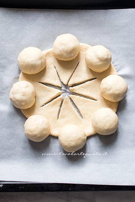 Sollevare gli spicchi sulle palline - Ricetta Corona Salata di pan brioche