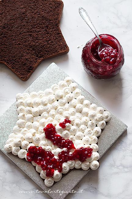 Versare la composta di mirtilli sulla crema - Ricetta Torta Stella al cioccolato