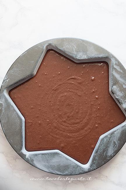 Versare l'impasto al cioccolato in uno stampo a stella - Ricetta Torta Stella al cioccolato