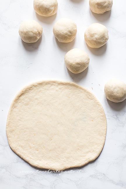 formare un cerchio di impasto - Ricetta Corona Salata di pan brioche