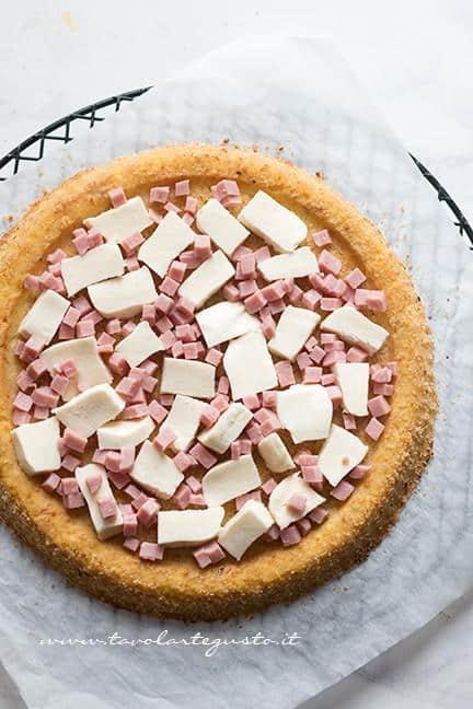 Adagiare nella crostata la farcitura di prosciutto e provola - Ricetta Crostata di Patate