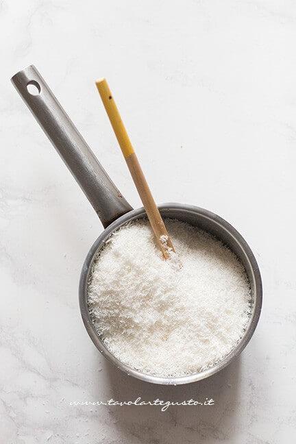 Aggiungere la farina di cocco - Ricetta Bounty