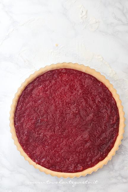 Aggiungere la marmellata di fragole nel guscio - Ricetta Crostata con cuori per San Valentino