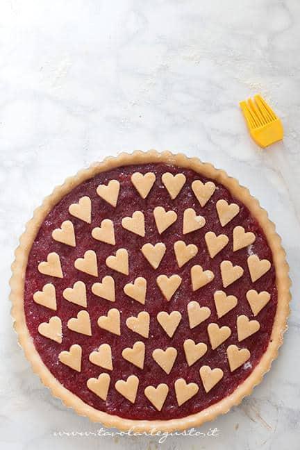 Crostata con cuori pronta per essere infornata - Ricetta Crostata con cuori per San Valentino