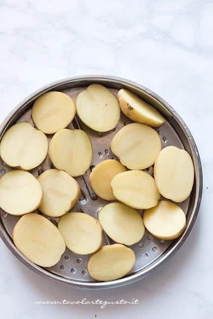 Dividere le patate a metà - Ricetta Patate gratinate al forno