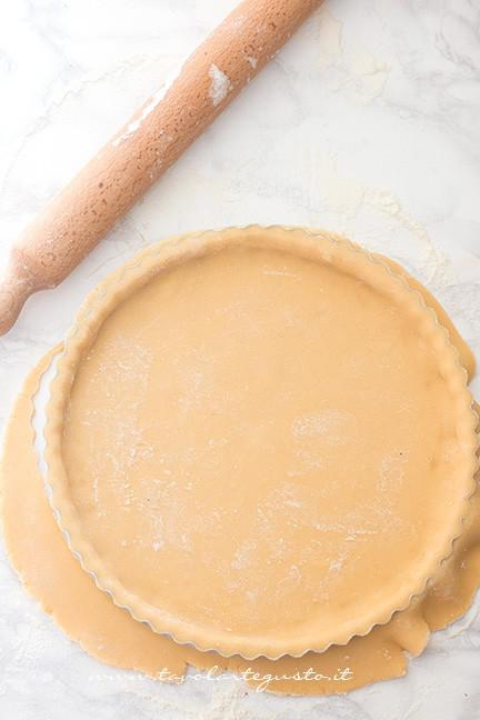 Foderare lo stampo con la pasta frolla - Ricetta Crostata con cuori per San Valentino