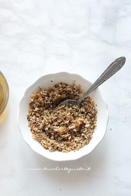 Mescolare la panatura con l'olio - Ricetta Patate gratinate al forno