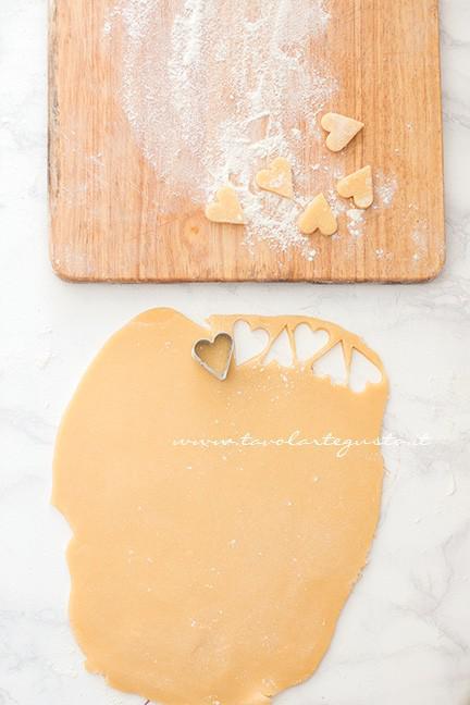 Ricavare i cuoricini di frolla - Ricetta Crostata con cuori per San Valentino