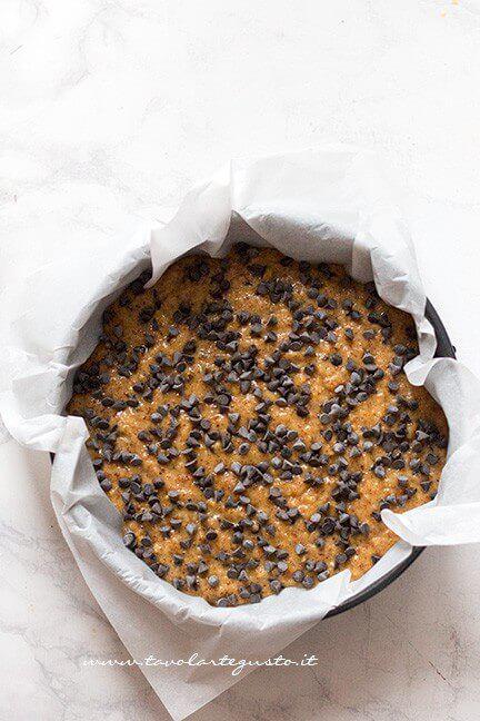 Trasferire l'impasto in una teglia, aggiungere altre gocce di cioccolato - Ricetta Torta di Pandoro