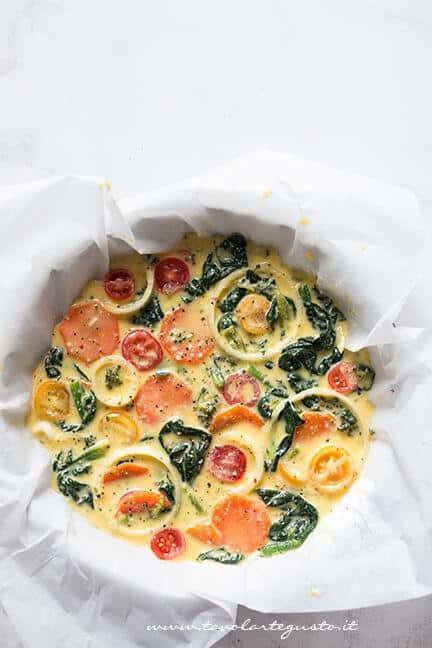 Versare la frittata di verdure in uno stampo - Ricetta Frittata di verdure al forno