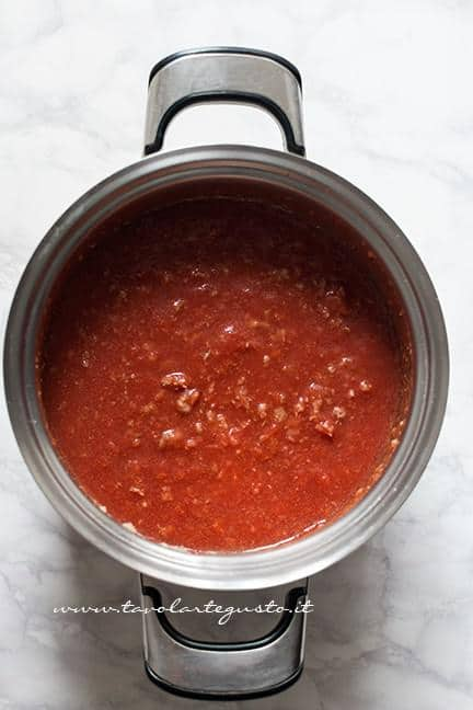Aggiungere la passata di pomodoro - Ricetta Lasagne al forno