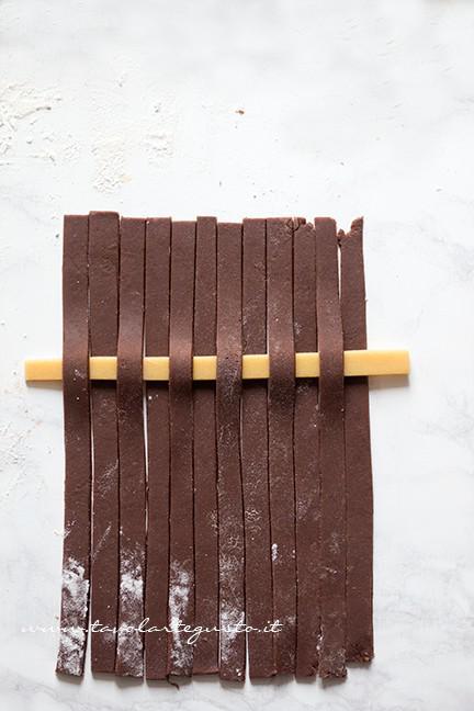 Come fare l'intreccio bicolore 3 - Ricetta Crostata Crema e Nutella