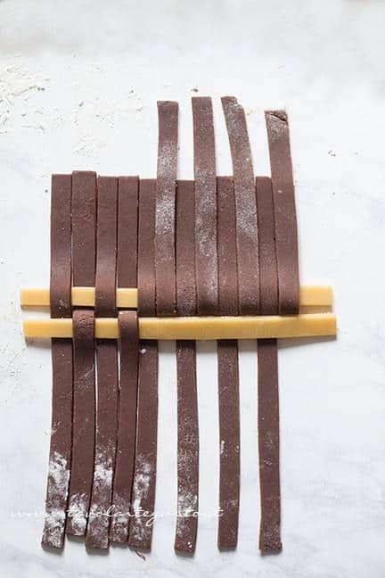 Come fare l'intreccio bicolore 5 - Ricetta Crostata Crema e Nutella