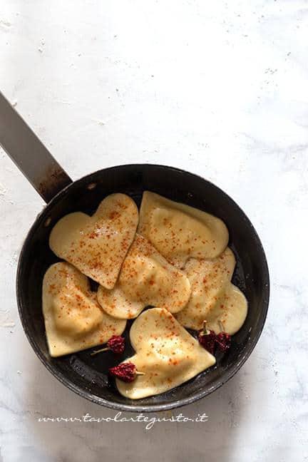 Condire i ravioli a forma di cuore - Ricetta Ravioli a forma di cuore