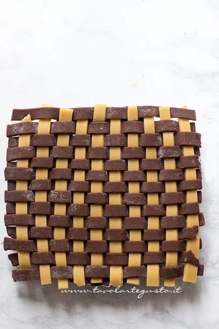 Coprire la crostata con l'intreccio - Ricetta Crostata Crema e Nutella