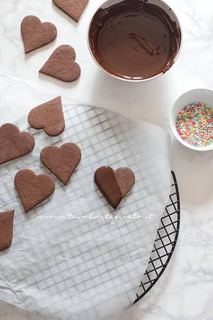 Glassare i biscotti di cioccolato - Ricetta Biscotti di Carnevale