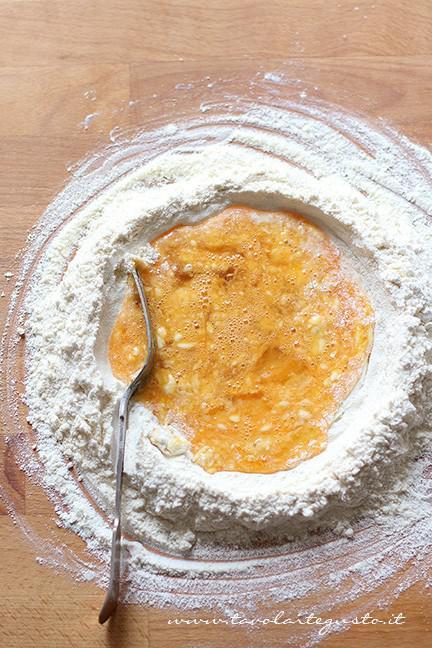 Mescolare l'impasto con una forchetta - Ricetta Ravioli a forma di cuore