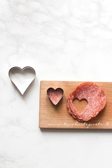 Ricavare i cuoricini di salame - Ricetta Cuori di Pasta Sfoglia