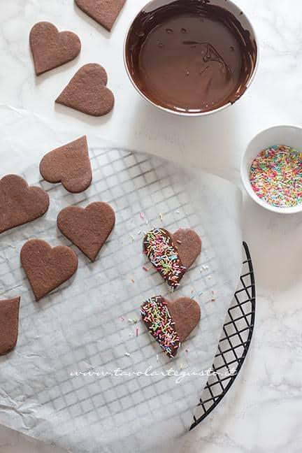Ricoprire i biscotti con i confettini di zucchero -Ricetta Biscotti di Carnevale