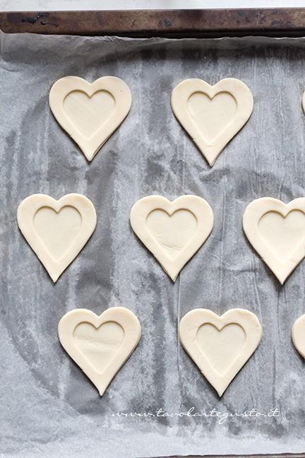 Sovrapporre i cuori di sfoglia - Ricetta Cuori di Pasta Sfoglia