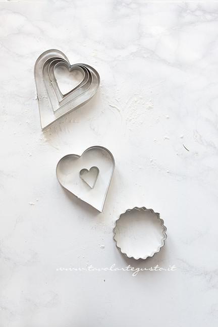 Tagliabiscotti a forma di cuore e di cerchio smerlato - Ricetta Biscotti alla marmellata