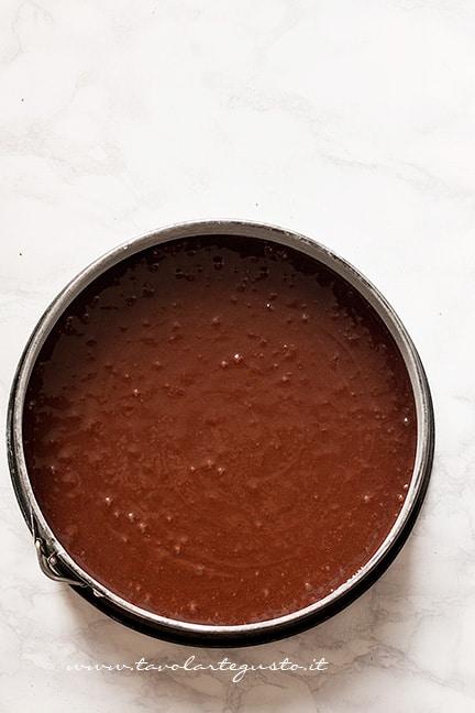 Versare l'impasto della torta al cacao senza burro nello stampo