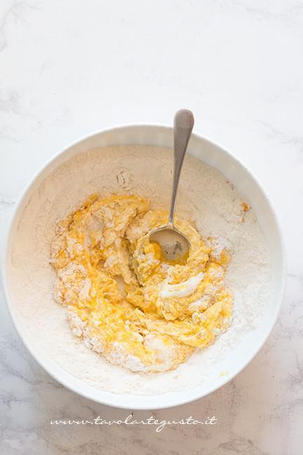 mescolare insieme gli ingredienti - Ricetta Castagnole alla Ricotta