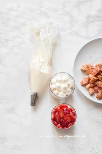 Assemblare il tiramisù di fragole nel bicchiere 2 - Ricetta Tiramisù alle fragole facile e veloce