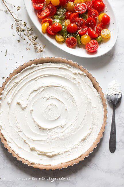 Farcire la crostata con il formaggio cremoso - Ricetta Crostata di pomodori