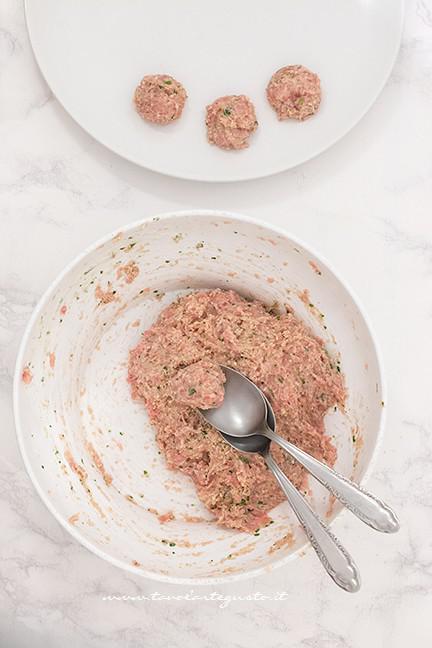 Formare le polpette - Ricetta Polpette allo yogurt