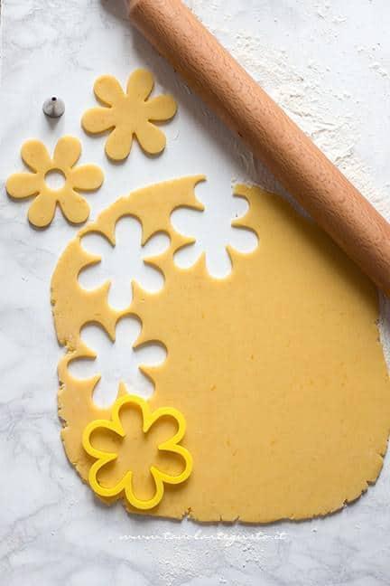 Intagliare i biscotti a forma di fiore - Ricetta Biscotti di Pasqua